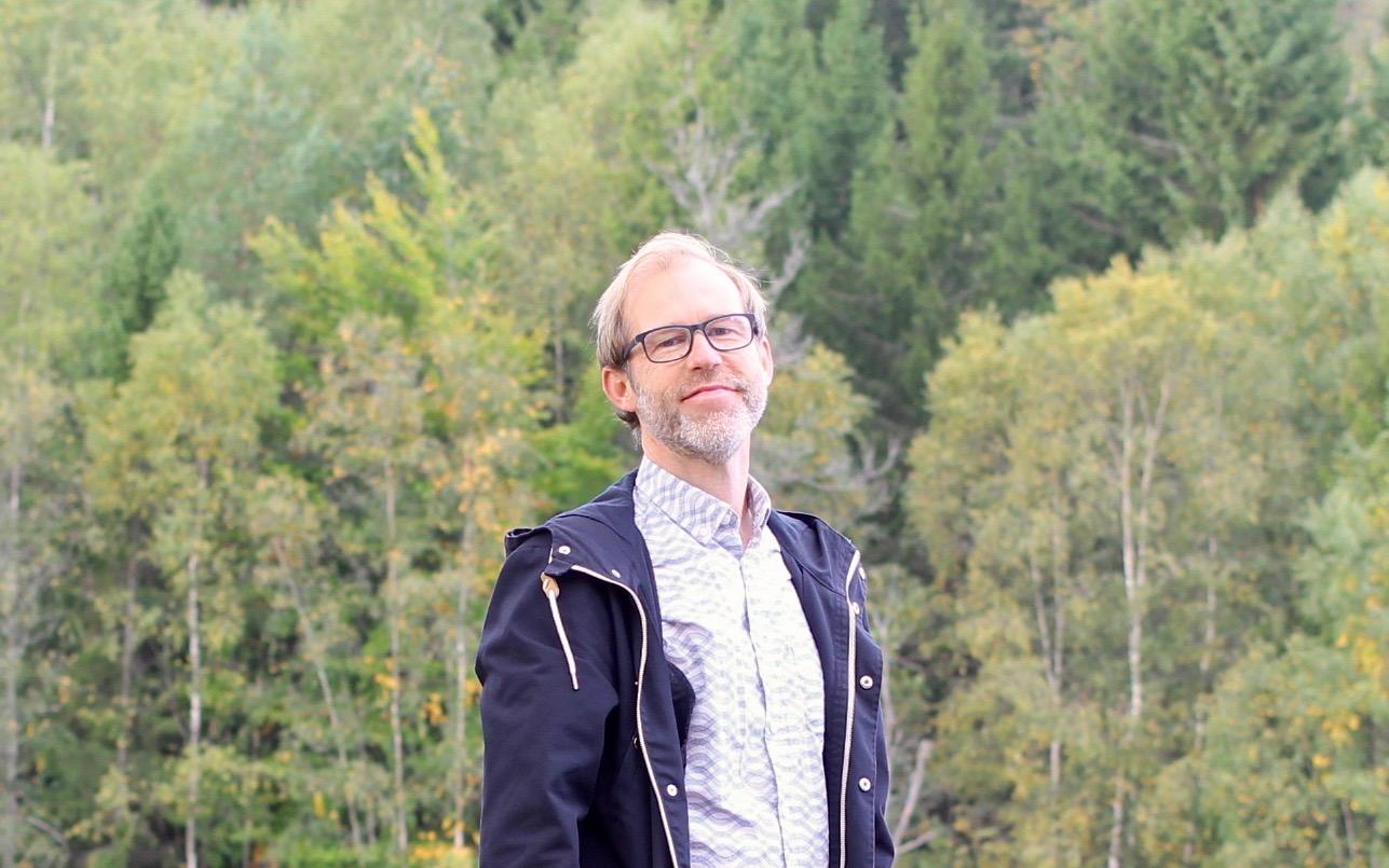 Psykolog Johan Lysander med skog i bakgrunden